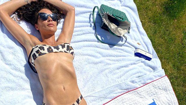 Denizde bikinisinin iplerini çözen eski manken Lilly Becker, göz göre göre frikik verdi