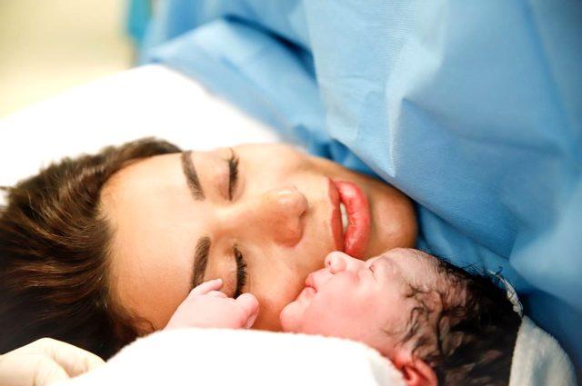 Ebru Şancı, doğum yaptıktan sonra yanında uyuyan eşini ifşa etti: Sanki o doğurdu