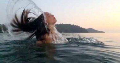 Tatiline hız kesmeden devam eden Azra Akın, saçlarını savurarak denizden çıktığı anları paylaştı