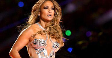Ünlü şarkıcı Jennifer Lopez'den yaza veda pozu! Pembe bikinisiyle göz kamaştırdı