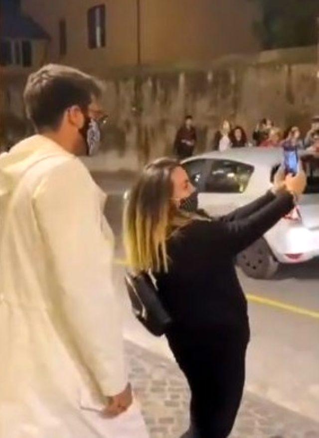 İtalya'ya giden Can Yaman, izdihama neden oldu! Kadın hayranları fotoğraf çektirmek için akın etti
