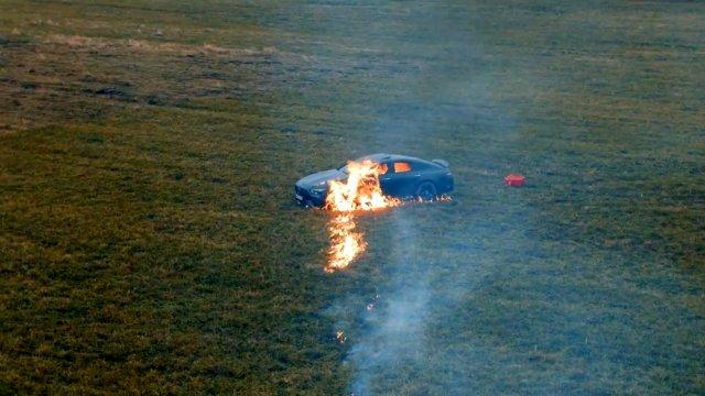 Rus sosyal medya fenomeni Mihail Litvin, lüks aracını benzin dökerek yaktı Magazin Sörvayvır 2020