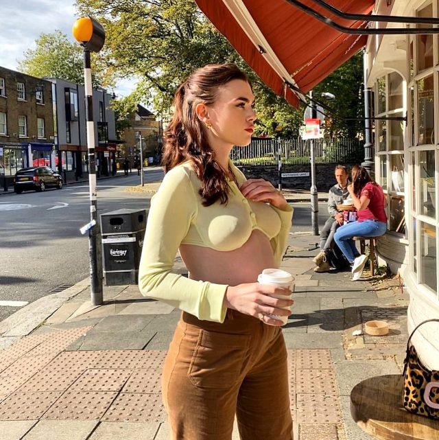 Transparan kıyafetinin içine iç çamaşırı giymeyen model Charli Howard tepki çekti