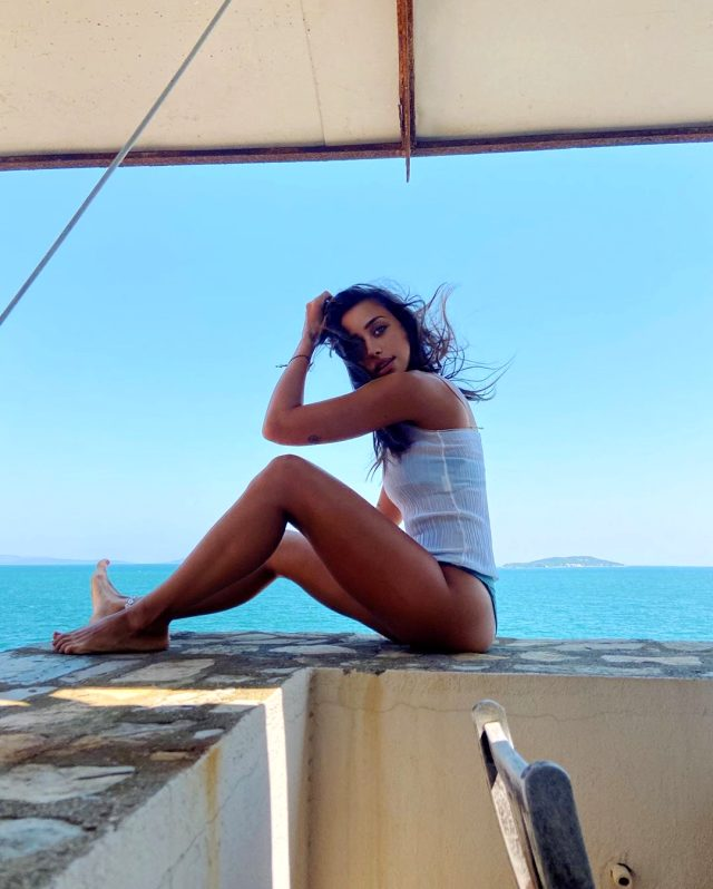 Zeynep Alkan'dan makyajsız fotoğraflarını unutturacak bikinili poz
